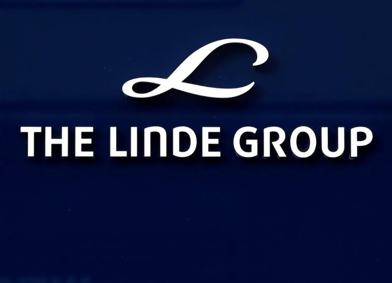 Linde Group logo is seen at its headquarters in Munich, Germany August 15, 2016.  REUTERS/Michaela Rehle/File Photo
