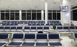 Homem aguarda em portão de embarque no aeroporto de Porto Alegre, no Brasil 19/06/2014 REUTERS/Stefano Rellandini