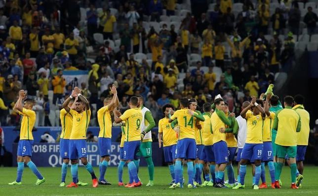 3月29日、サッカーの2018年W杯ロシア大会南米予選で、ブラジルが一番乗りで本大会出場権獲得を獲得した。写真はパラグアイ戦での勝利を祝うブラジルの選手たち。サンパウロで28日撮影(2017年 ロイター/Nacho Doce)
