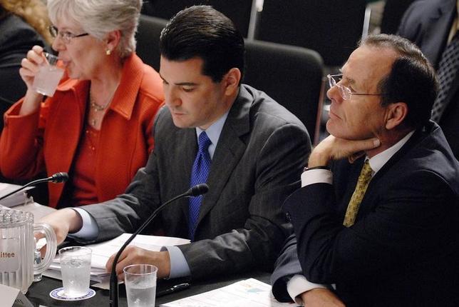 3月29日、トランプ米大統領が米食品医薬品局(FDA)長官に指名したスコット・ゴットリーブ氏(写真中央)は、FDA長官就任が決まった場合、製薬業界との利益相反問題が生じないための措置を明らかにした。写真はワシントンで2009年6月撮影(2017年 ロイター/Jonathan Ernst)