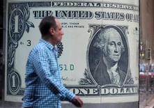 Мужчина проходит мимо пункта обмена валюты в Каире 11 ноября 2016 года. Доллар повысился до девятидневного максимума к корзине основных мировых валют в четверг, тогда как евро ослаб из-за отсутствия признаков того, что Европейский центробанк намерен отказаться от смягчения монетарной политики в скором времени. REUTERS/Mohamed Abd El Ghany