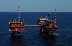Нефтяная платформа в Адриатическом море, Хорватия 28 мая 2015 года. Цены на нефть стабильны утром в четверг после уверенного роста накануне благодаря перебоям в поставках из Ливии, но высокий уровень запасов в США сдерживает подъем рынка.  REUTERS/Antonio Bronic