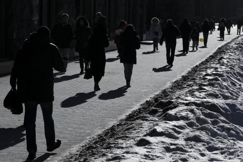 People walk on a street during a sunny frosty day in central Kiev, Ukraine January 26, 2017.  REUTERS/Gleb Garanich