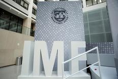 Логотип МВФ в штаб-квартире фонда в Вашингтоне 9 октября 2016 года. Международный валютный фонд включил в повестку дня заседания совета директоров 3 апреля вопрос о выделении Украине транша на сумму $1 миллиард, рассмотрение которого было отложено с ранее объявленной даты 20 марта из-за пересмотра прогнозов развития экономики. REUTERS/Yuri Gripas