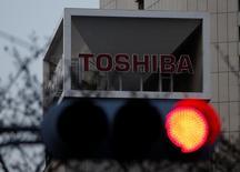 Логотип Toshiba Corp на штаб-квартире компании в Токио 29 марта 2017 года. Акционеры японского конгломерата Toshiba Corp в четверг поддержали предложение о выделении в отдельную компанию ключевого подразделения чипов памяти NAND, открыв путь к продаже контрольного пакета или даже всего бизнеса. REUTERS/Issei Kato