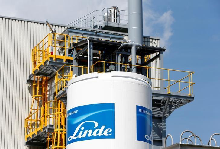 Linde Group logo is seen at company's plant in Munich-Pullach, Germany, August 16, 2016. REUTERS/Michaela Rehle/File Photo