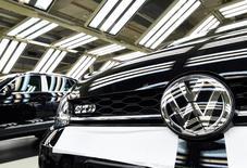 """Volkswagen a annoncé jeudi qu'il avait passé un accord avec 10 Etats américains au terme duquel il règlera plusieurs contentieux environnementaux liés au """"Dieselgate"""" moyennant 157,45 millions de dollars (146,73 millions d'euros). /Photo prise le 9 mars 2017/REUTERS/Fabian Bimmer"""
