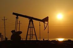 Станок-качалка на нефтяном месторождении в Баку. 24 января 2013 года. Международное энергетическое агентство (МЭА) не ожидает существенного повышения цен на нефть вопреки попыткам ОПЕК и производителей вне картеля сократить добычу, сказал Рейтер глава агентства Фатих Бироль. REUTERS/David Mdzinarishvili