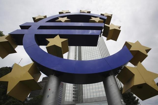3月30日、複数のECB当局者は、すでに示している今後の金融政策方針を堅持する意向を表明。写真は2010年6月、フランクフルトで撮影されたユーロのシンボル(2017年 ロイター/Ralph Orlowski)