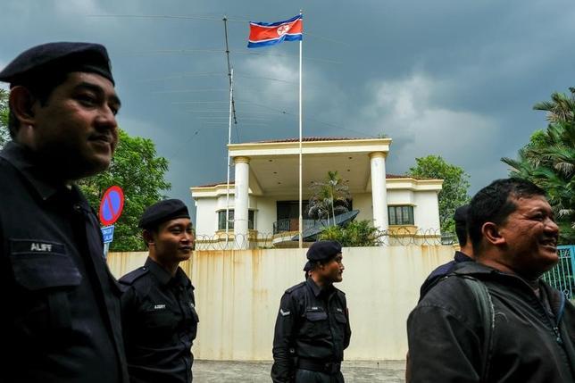 3月30日、北朝鮮の金正恩・朝鮮労働党委員長の異母兄、金正男氏がマレーシアの空港で殺害された事件で、マレーシア政府は、同氏の遺体を北朝鮮の平壌に向かう航空機に移した。写真はマレーシアの北朝鮮大使館、2月クアラルンプールで撮影(2017年 ロイター/Athit Perawongmetha)