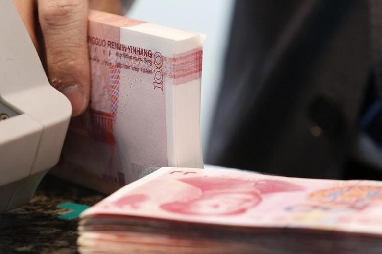 资料图片:2016年3月,北京一家商业银行的雇员在清点人民币纸币。REUTERS/Kim Kyung-Hoon