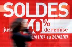 Le rythme de l'inflation est revenu à 1,1% sur un an ce mois-ci en France, poursuivant son léger ralentissement après +1,2% en février et +1,3% en janvier. /Photo d'archives/REUTERS/Jean-Paul Pelissier
