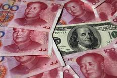Купюры в 100 юаней и 100 долларов США. Пекин, 16 октября 2010 года. Китай призвал США сыграть свою роль в разрешении торговых противоречий между двумя странами, отвергнув обвинения в девальвации юаня ради поддержки экспорта, в преддверии первой встречи председателя КНР Си Цзиньпина с американским президентом Дональдом Трампом. REUTERS/Petar Kujundzic