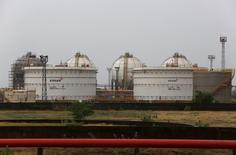 Нефтяные резервуары на НПЗ Essar Oil в городе Вадинар. 4 октября 2016 года. Многомиллиардная сделка по покупке Роснефтью совместно с партнёрами индийской нефтяной компании Essar Oil будет закрыта в течение нескольких недель, сообщила в пятницу Essar. REUTERS/Amit Dave
