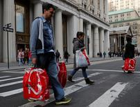 Les dépenses de consommation des ménages américains ont à peine augmenté en février, montrent les statistiques officielles publiées vendredi, alors que l'inflation a atteint son plus haut niveau de presque cinq ans, alimentant les anticipations de nouvelles hausses des taux d'intérêt cette année. /Photo d'archives/REUTERS/Andrew Kelly