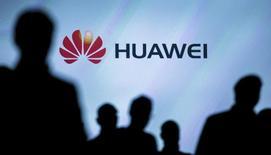 Журналисты на презентации смартфона Huawei в Берлине. Берлин, 2 сентября 2015 года. Китайская компания Huawei Technologies Co Ltd, занимающаяся производством мобильных устройств и оборудования для телекоммуникаций, в пятницу сообщила, что годовой рост прибыли остался практически без изменений, продемонстрировав самые низкие темпы за последние пять лет на фоне увеличения расходов с целью расширения доли рынка в условиях жесткой конкуренции. REUTERS/Hannibal Hanschke/File Photo