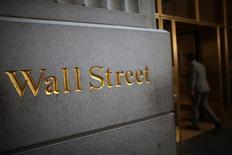 Wall Street a terminé en repli vendredi sur des prises de bénéfices pour la dernière séance de son meilleur premier trimestre depuis la fin 2015. L'indice Dow Jones a cédé 64,52 points, soit 0,31%, à 20.663,97. /Photo d'archives/REUTERS/Eric Thayer
