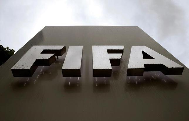 3月31日、FIFAは汚職事件に関する内部調査を終えたとし、スイスの検察当局に報告書を提出したことを明らかにした。写真はFIFA本部のロゴ。チューリヒで2016年6月撮影(2017年 ロイター/Arnd Wiegmann)