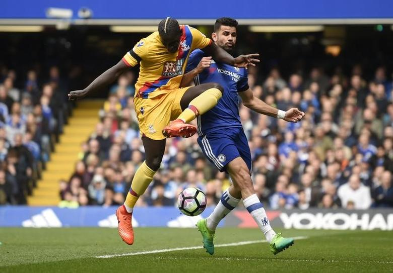 Britain Soccer Football - Chelsea v Crystal Palace - Premier League - Stamford Bridge - 1/4/17 Crystal Palace's Mamadou Sakho in action with Chelsea's Diego Costa  Action Images via Reuters / Tony O'Brien Livepic