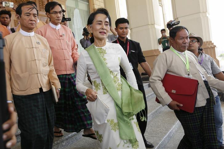 National League for Democracy (NLD) party leader Aung San Suu Kyi leaves the parliament  building after a meeting with members of her party in Naypyitaw, Myanmar March 28, 2016. REUTERS/Soe Zeya Tun