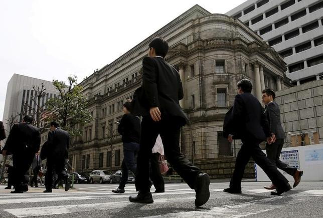 3月3日、日銀が発表した3月短観は、企業の景況感が大企業製造業・非製造業ともに2ポイント改善した。中堅、中小企業を含め全規模での改善となった。写真は都内の日銀本店前で昨年3月撮影(2017年 ロイター/Toru Hanai)