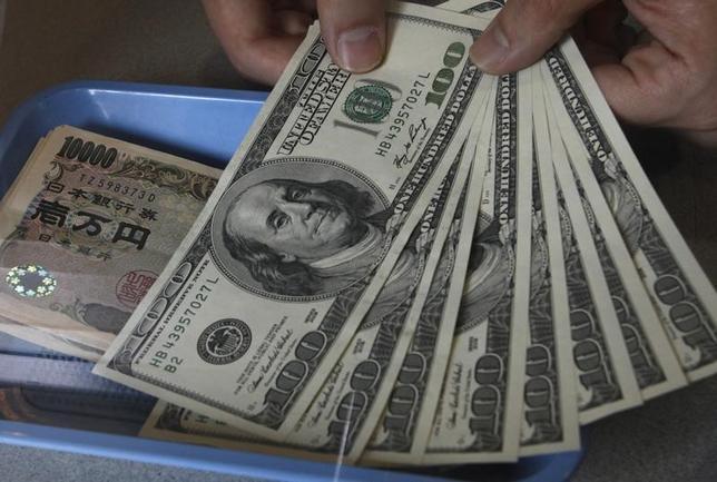 4月3日、正午のドル/円は、先週末ニューヨーク市場午後5時時点と比べ、若干ドル安/円高の111.34/36円だった。写真は都内で2010年11月撮影(2017年 ロイター/Issei Kato)
