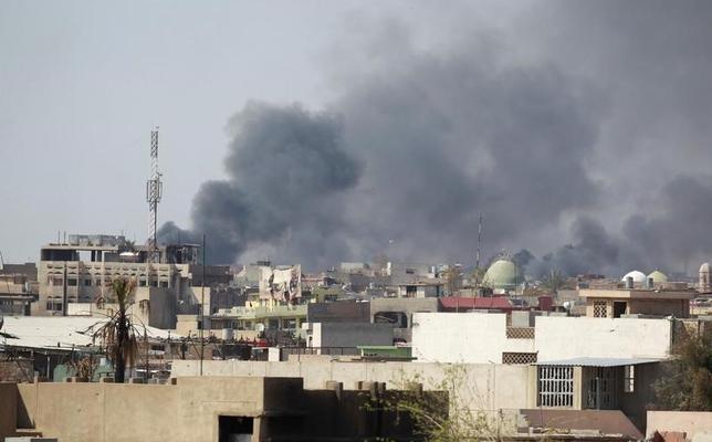4月1日、イラク情報当局の報道官は、イラク空軍が西部アンバル州カイムで実施した空爆により、過激派組織「イスラム国」(IS)の指導者バグダディ容疑者の副官とみられるイヤド・ジュマイリ幹部が死亡したと発表した。写真はイラク軍とISの戦闘中に吹き上がる煙。イラクのモスルで3月撮影(2017年 ロイター/Khalid al Mousily)