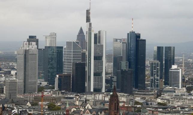 4月3日、ドイツ連邦銀行のドンブレット理事は、独ウェルト紙のインタビューで、過去最低水準の金利環境が続く中、国内銀行による顧客への課金が普及していく可能性が高いとの見解を示した。写真はフランクフルトの金融街。2014年10月撮影(2017年 ロイター/Ralph Orlowski)