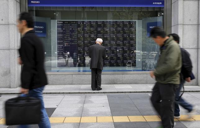 4月3日、東京株式市場で日経平均は3日ぶりに反発。米国株安や円相場の強含みなど外部環境はいまひとつだったものの、前週末に大きく下げた反動から自律反発狙いの買いが先行した。写真は都内で昨年4月撮影(2017年 ロイター/Toru Hanai)