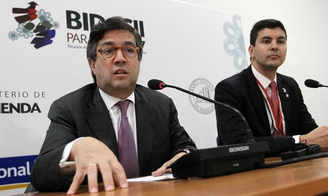 4月2日、米州開発銀行(IDB)のルイス・アルベルト・モレノ総裁(左)は、試験的開発プロジェクトを支援するIDBの基金に米国が追加拠出しないことになったと明らかにした。IDBの年次総会での記者会見で述べた。写真はパラグアイで撮影(2017年 ロイター/Marcos Brindicci)