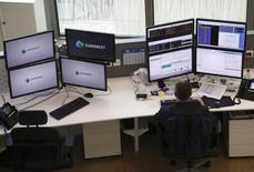 Euronext a annoncé lundi avoir signé un accord avec l'américain Intercontinental Exchange (ICE) pour que ce dernier lui fournisse des services de compensation pour ses activités sur les marchés des matières premières et des dérivés. /Photo d'archives/REUTERS/Jacky Naegelen