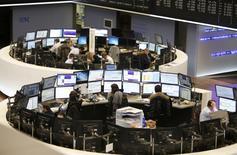 Les Bourses européennes ont ouvert sans grand changement lundi. A 07h30 GMT, le CAC 40, qui a inscrit dans les premiers échanges un nouveau plus haut de 20 mois à 5.132,93, revient à l'équilibre à 5.121,49, le Dax gagne 0,36% et le FTSE prend 0,05%. /Photo d'archives/REUTERS