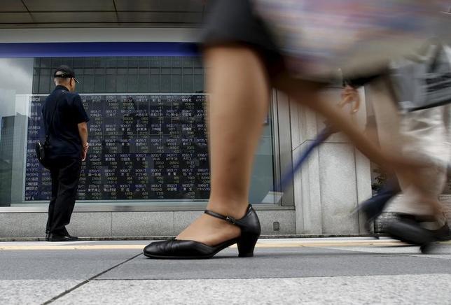 4月3日、日本企業による株主への総還元額は2016年度も高水準を維持した。写真は都内で2015年8月撮影(2017年 ロイター/Yuya Shino)