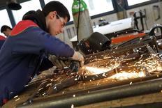La croissance de l'activité dans le secteur manufacturier a de nouveau accéléré en mars en France après son ralentissement de février, portée par une nette poussée des nouvelles commandes, selon la version définitive de l'indice Markit publiée lundi. /Photo d'archives/REUTERS/Philippe Wojazer