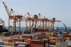 Les prix du fret expédié dans des conteneurs sont au plus haut depuis octobre 2015, signalant une réelle croissance du transport maritime de marchandises qui devrait se confirmer cette année. /Photo d'archives/REUTERS/Khaled Abdullah
