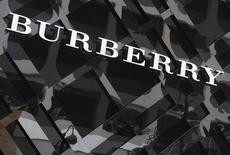 Burberry a annoncé lundi le transfert de son pôle beauté au groupe américain Coty, une opération qui devrait lui rapporter dans les 225 millions de dollars (211 millions d'euros) auxquels s'ajouteront des redevances. /Photo d'archives/REUTERS/Bobby Yip