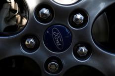 Ford, à suivre lundi à la Bourse de New York. Le constructeur automobile a annoncé samedi un troisième rappel en une semaine, qui porte cette fois sur 52.600 pick-up F-250 vendus aux Etats-Unis et au Canada et présentant un potentiel dysfonctionnement de la boîte de vitesse. /Photo d'archives/REUTERS/Carlos Jasso