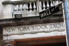 Wall Street a ouvert quasiment inchangée lundi tandis qu'en Europe, les places boursières évoluent en ordre dispersé, la prudence dominant parmi les investisseurs pour le début du deuxième trimestre. Quelques minutes après l'ouverture, l'indice Dow Jones gagne 22,58 points, soit 0,1%, à 20.687,90 points. /Photo d'archives/REUTERS/Brendan McDermid