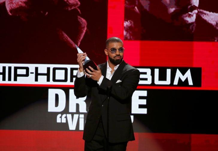 Drake accepts the award for best rap/hip-hop album for ''Views'' at the 2016 American Music Awards in Los Angeles, California, U.S., November 20, 2016. REUTERS/Mario Anzuoni/files
