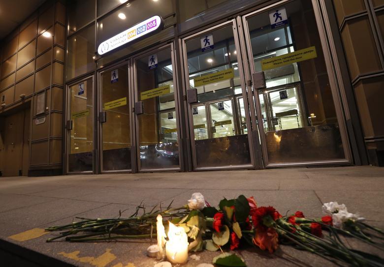 2017年4月3日,俄罗斯圣彼得堡,Spasskaya地铁站外民众献花悼念遇难者,此次地铁爆炸事件导致11人丧生。REUTERS/Grigory Dukor