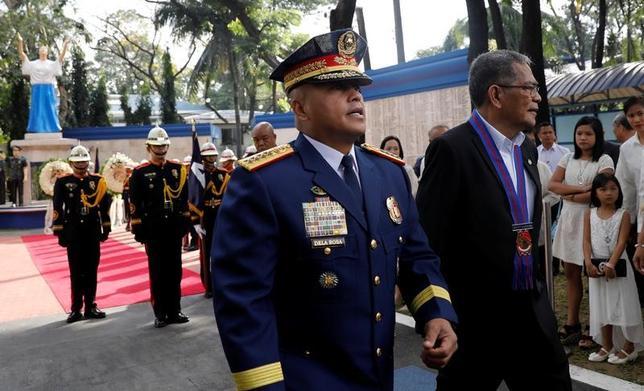4月4日、フィリピンのドゥテルテ大統領は、汚職疑惑を巡り「信頼を失った」としてスエノ内相(写真右)を解任した。写真はフィリピンの首都マニラで2月撮影(2017年 ロイター/Erik De Castro)
