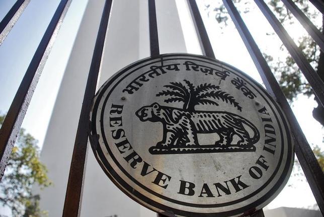 4月3日、ロイター調査によると、インド準備銀行(中央銀行)は6日の金融政策委員会で政策金利であるレポレートを6.25%、リバースレポレートを5.75%に据え置く見通し。写真はインド準備銀行のロゴ。2011年1月インドのムンバイで撮影(2017年 /ロイター)