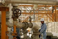 A man works on phases 2-3 of the South Pars gas field, owned jointly by Iran and Qatar, in Assaluyeh on Iran's Persian Gulf coast May 27, 2006. Picture taken on May 27, 2006. REUTERS/Morteza Nikoubazl