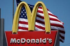 Des organisations de protection du consommateur en France, en Allemagne et en Italie ont saisi mardi leurs autorités de la concurrence respectives pour qu'elles enquêtent sur McDonald's, soupçonnant le géant américain de la restauration rapide de pratiques anticoncurrentielles. /Photo d'archives/REUTERS/Lucy Nicholson