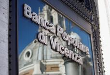 Banca Popolare di Vicenza et Veneto Banca ont besoin de 6,4 milliards d'euros pour étoffer leurs fonds propres, estime la Banque centrale européenne (BCE). /Photo prise le 29 mars 2017/REUTERS/Alessandro Bianchi