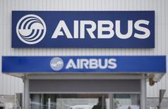China Aircraft Leasing a annoncé l'achat de deux avions à Airbus pour un prix catalogue de 216,8 millions de dollars (environ 203 millions d'euros). /Photo prise le 20 mars 2017/REUTERS/Stéphane Mahé