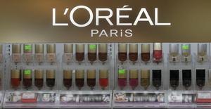 L'Oréal à suivre mercredi à la Bourse de Paris. Le sud-coréen CJ Corp a annoncé mercredi envisager une offre sur The Body Shop, la chaîne de magasins cosmétiques mise en vente par le groupe français de cosmétiques. /Photo d'archives/REUTERS/Ints Kalnins