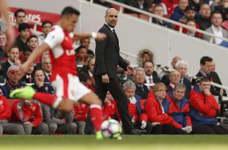 Britain Football Soccer - Arsenal v Manchester City - Premier League - Emirates Stadium - 2/4/17 Arsenal's Alexis Sanchez in action as Manchester City manager Pep Guardiola looks on Action Images via Reuters / John Sibley Livepic