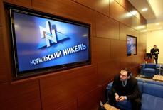 Логотип Норильского никеля на экране в офисе компании в Москве 28 января 2013 года. Российский горнорудный гигант Норильский никель разместит шестилетние еврооблигации в долларах США объемом $1 миллиард и ставкой купона 4,10 процента годовых, и на российских и азиатских инвесторов пришлось больше половины объема выпуска, следует из данных ВТБ Капитала, со-организатора размещения. REUTERS/Sergei Karpukhin/File Photo