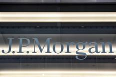 Le PDG de JPMorgan Chase a déclaré que la banque américaine ne prévoyait pas de transférer de nombreux postes hors de la Grande-Bretagne dans les deux prochaines années, atténuant ainsi des propos précédents sur les effets du Brexit. /Photo prise le 10 janvier 2017/REUTERS/Stephanie Keith